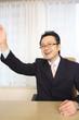 手を挙げるビジネスマン