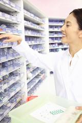 薬を棚から取る薬剤師