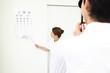 視力検査を受ける男性と行う看護師