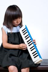ピアニカを弾く女の子