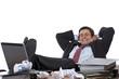 Junger Geschäftsmann ruht sich mit Füßen auf Tisch aus