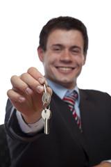 Freundlicher Mann übergibt Schlüssel für Wohnung