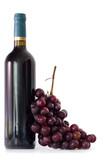 Fototapeta botella de vino tinto con racimo de uvas aislado