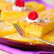 Zitronenkuchen in Stücke geschnitten