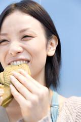 たいやきを食べる女性