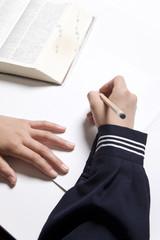 勉強する女子中学生の手元