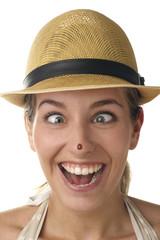 Junge Frau hat einen Käfer auf der Nase