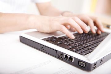 パソコンのキーボードを打つビジネスマンの手元