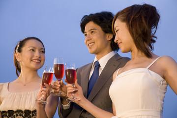 ロゼワインで乾杯する男女
