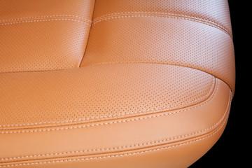 sedile auto in pelle traforata con cuciture