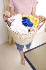 洗濯籠を持った女性の手元