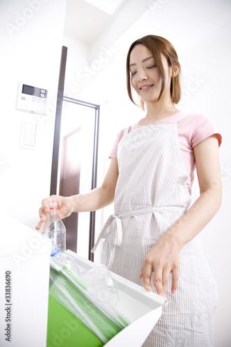 ペットボトルを捨てる女性