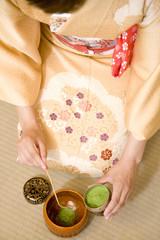 茶碗に抹茶を入れる女性