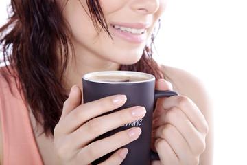 Genussvoll Kaffee trinken, junge Frau trinkt mit Lächeln, quer