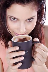 Genussvoll Kaffee trinken, Frau blickt rafiniert, hoch