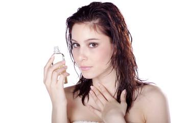 Hübsche Frau präsentiert Massage Öl, quer