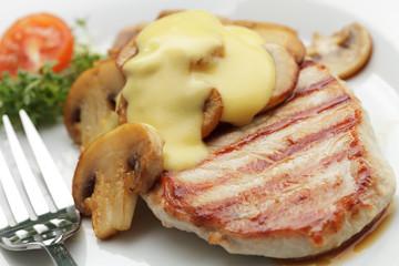 Schweinerückensteak mit Champignons und Sauce Hollandaise