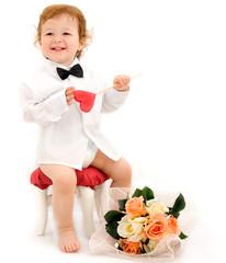 Bimbo elegante con fiori e lecca lecca