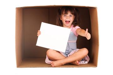 Kleines Mädchen im Karton