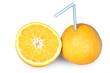 Ganze und halbe Orange mit Strohhalm