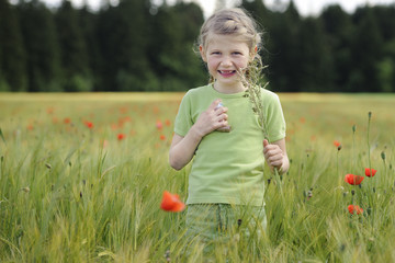 Kleines Mädchen mit Asthmaspray