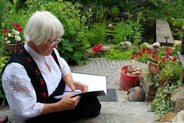Oma rezitiert im Garten.