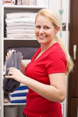 Hausfrau faltet Handtücher