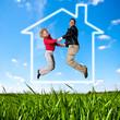 Junges Paar freut sich über Traumhaus