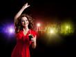 tanzende Schönheit mit Cuba Libre