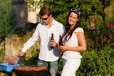 Fototapety Paar beim Grillen im Garten im Sommer