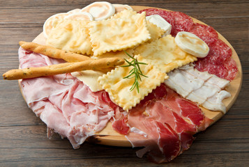 tagliere di salumi, gnocco fritto e formaggi