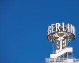 Fototapety Schriftzug Berlin auf dem Dach eines Hauses