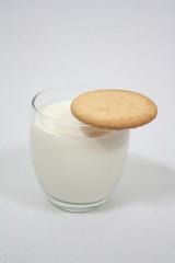 Galleta en vaso de leche