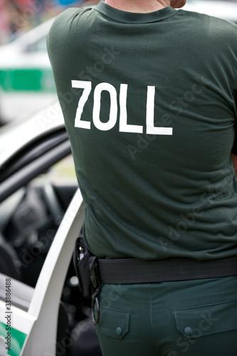 Zollbeamter an seinem Fahrzeug