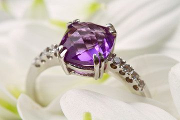 anello con ametista e brillanti