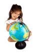 petite fille qui regarde le globe térrestre