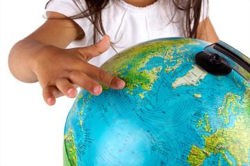 main d'enfant montrant le globe terrestre