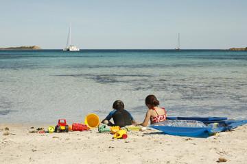 bimbi che si rilassano e giocano in vacanza