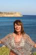 Donna sorridente sul mediterraneo