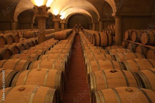 winiarnia-barrique-drewniane-beczki-z-czerwonego-wina-piemont-wlochy