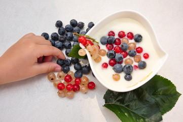 Fruchtdessert in Schale