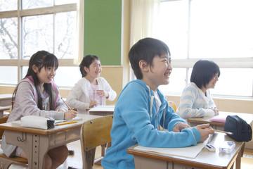 授業を受ける小学生男女