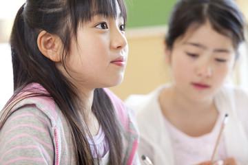 授業中の小学生女子