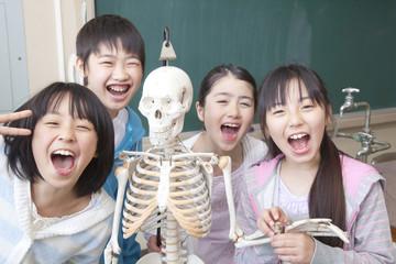 骨格模型で遊ぶ小学生男女