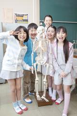 骨格模型で遊ぶ小学生男女と女性教師
