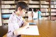 図書室で勉強する小学生男子