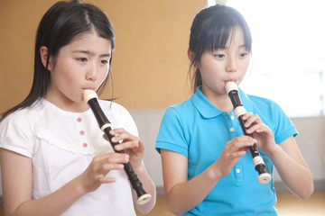 リコーダーを吹く小学生女子