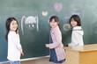 黒板に絵を描く小学生女子