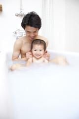 入浴中の父親と息子