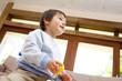 積木で遊ぶ男の子